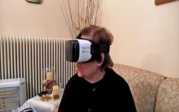 Ογδοντάχρονη βάζει τη μάσκα εικονικής πραγματικότητας του εγγονού της