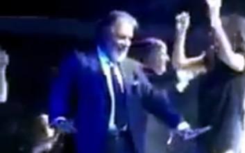 Ο Πανούσης τα δίνει όλα και χορεύει τσιφτετέλι