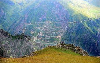 Ο πιο επικίνδυνος δρόμος στον κόσμο με τις 29 στροφές-φουρκέτες
