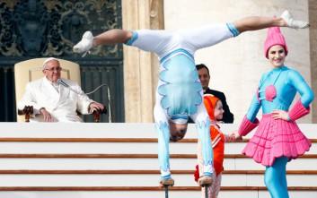 Ακροβάτες διασκεδάζουν τον Πάπα Φραγκίσκο