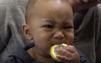 Μωρά δοκιμάζουν λεμόνι
