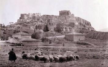 Άνθρωποι στα υπέροχα ερείπια των Αθηνών