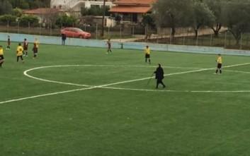 Η γιαγιά με τη μαγκούρα αποκαλύπτει γιατί μπήκε στο γήπεδο