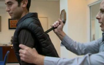 Δημοσιογράφος μαχαιρώθηκε κατά τη διάρκεια πειράματος με γιλέκο των ειδικών δυνάμεων