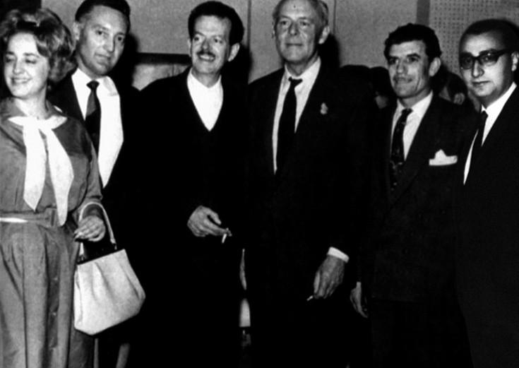 Ο Μάκης Μάτσας με τον Βασίλη Τσιτσάνη, τον Γρηγόρη Μπιθικώτση, τον Sir Joseph Lockwood, τον Βασίλη Τσιτσάνη, τον Jacque Bevieur και την Πόλυ Πάνου στα εγκαίνια των νέων στούντιο της Columbia