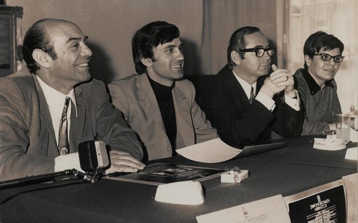 """1969: Πρες Κόνφερανς για τον δίσκο """"ΝΑ 'ΤΑΝΕ ΤΟ '21"""" . Aπό αριστερά Δημήτρης Νικολαΐδης, Γιώργος Νταλάρας, Σταύρος Κουγιουμτζής και η Σώτια Τσώτου"""