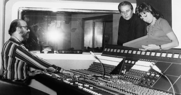 1972: Ο Απόστολος Καλδάρας με τη Χαρούλα Αλεξίου στο studio Columbia με τον ηχολήπτη Γιώργο Κωνσταντόπουλο