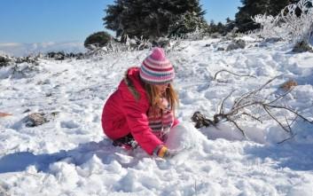 Παιχνίδια με το χιόνι στην Πάρνηθα