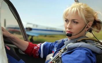 Η εκπληκτική ρωσίδα πιλότος και τα παράτολμα ακροβατικά με το αεροσκάφος της