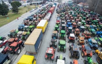 Τρακτέρ και αγρότες «πολιορκούν» την κυβέρνηση