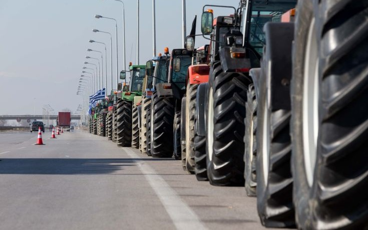 Ανησυχία εμπόρων για τους κλειστούς από τους αγρότες δρόμους