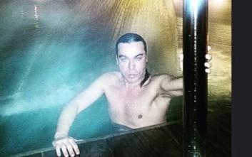 Ο Τρύφωνας Σαμαράς κάνει μπάνιο και αντέχει στο κρύο...
