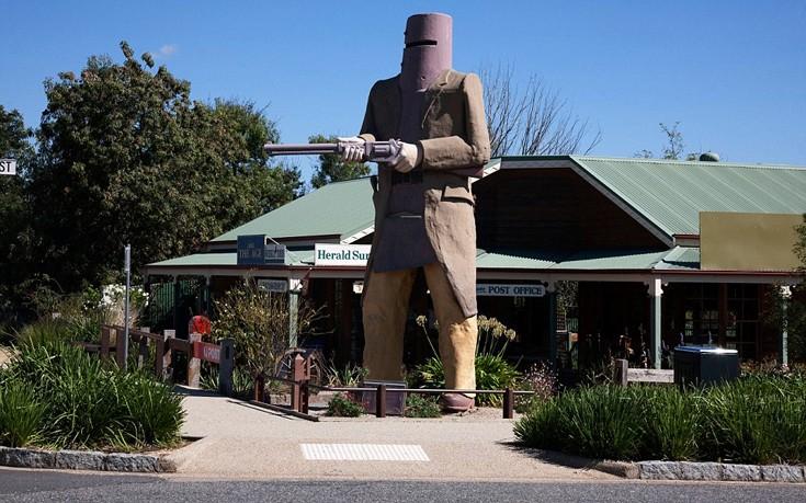Οι περισσότεροι τουρίστες μάλλον δεν θα αντιλαμβάνονται τον λόγο ύπαρξης της φιγούρας αυτής. Οι ντόπιοι ωστόσο αναγνωρίζουν το «μνημείο» που είναι αφιερωμένο στον Ned Kelly,  λαϊκό ήρωα.