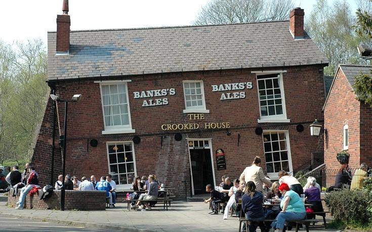 Η πιο «μεθυσμένη» παμπ της Βρετανίας βρίσκεται στο South Staffordshire και οφείλει την κλίση της σε υποχώρηση του εδάφους στα 1800.