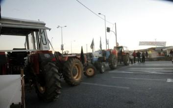 Εργάτες και αγρότες συνεχίζουν το κλείσιμο του Ισθμού