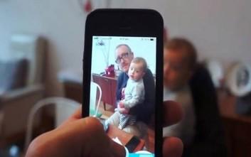 Πώς να κάνετε το μωρό να κοιτάει τη φωτογραφική μηχανή