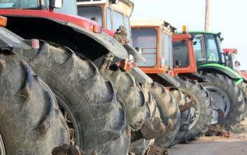 Αγρότες με τα τρακτέρ τους συγκεντρώνονται στον κόμβο της Κουλούρας