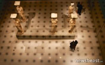 Το Μουσείο της Ακρόπολης βράδυ, πίσω από σκιές και αντανακλάσεις