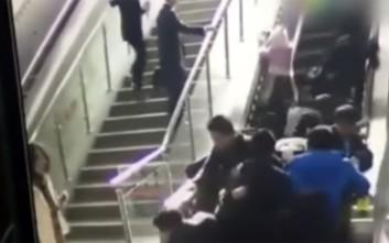 Κυλιόμενη σκάλα αλλάζει φορά και ρίχνει σαν ντόμινο τους ανθρώπους