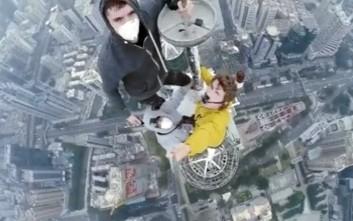 Σκαρφάλωσαν σε ουρανοξύστη 360 μέτρων για μια selfie