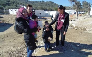 Μέριμνα για νέες μητέρες πρόσφυγες στο κέντρο φιλοξενίας στο Λαύριο