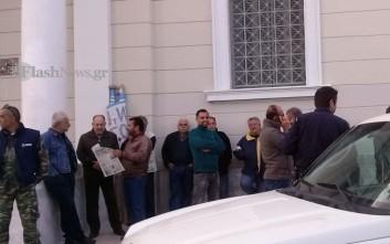 Αγρότες της Κρήτης απέκλεισαν το κατάστημα της ΤτΕ