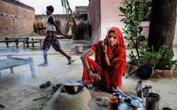 Σε χωριό στην Ινδία απαγορεύτηκε η χρήση κινητού από ανύπαντρες γυναίκες