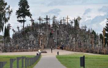 Ο μυστηριώδης «Λόφος των σταυρών» στη Λιθουανία