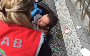 Αιμόφυρτος δημοσιογράφος που χτυπήθηκε από ομάδα αντιεξουσιαστών