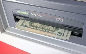 Τι κάνεις όταν βρίσκεις ξεχασμένα λεφτά στο ATM;