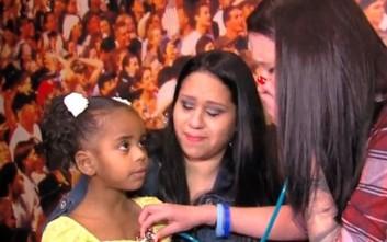 Μητέρα ακούει την καρδιά του νεκρού γιου της στο σώμα του κοριτσιού στο οποίο μεταμοσχεύθηκε