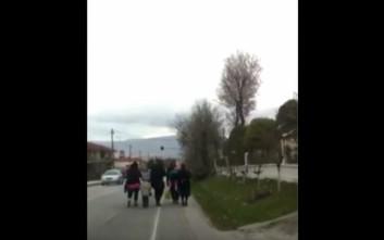 Με τα πόδια προσπαθούν να φτάσουν στην Ειδομένη οι πρόσφυγες από τη Κοζάνη