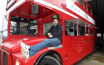 Ξόδεψε 20 μήνες για να μετατρέψει ένα παλιό λεωφορείο σε μετακινούμενη παμπ