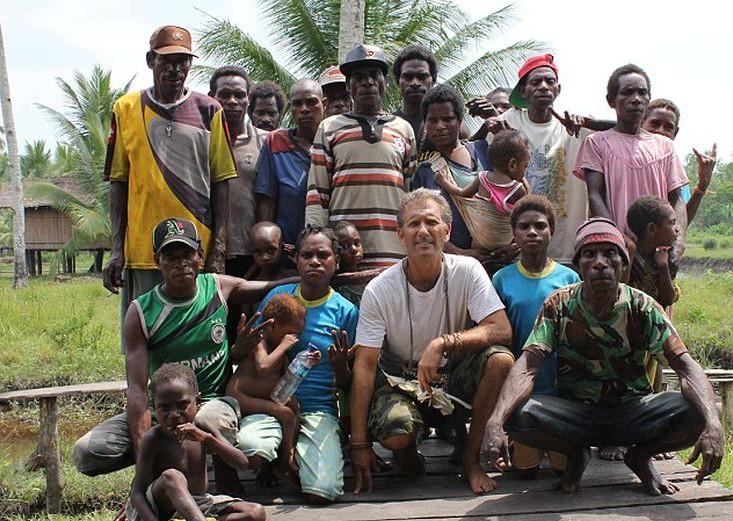 Ο συγγραφέας Καρλ Χόφμαν με τον πρώην αρχηγό ενός χωριού της φυλής Asmat και την οικογένειά του