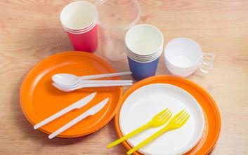Προς απαγόρευση πλαστικά καλαμάκια, πιάτα και μαχαιροπήρουνα