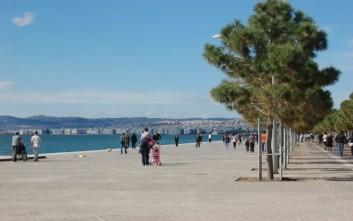 Ραντεβού... στην παραλία δίνουν οι νεαροί Θεσσαλονικείς