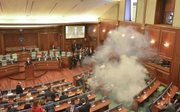 Έπεσαν δακρυγόνα μέσα στη Βουλή του Κοσόβου