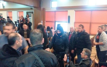 Ξυλοκόπησαν στέλεχος της Χρυσής Αυγής στο δημοτικό συμβούλιο Βόλου