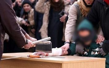 Μαχητές του ISIS ακρωτηριάζουν ύποπτο κλέφτη με μπαλτά!