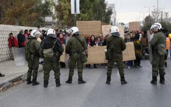 Αστυνομικοί ανέκοψαν την πορεία μεταναστών πριν φτάσουν στην Βικτώρια