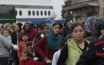 Επιχείρηση μεταφοράς 800 προσφύγων από τον Πειραιά στον Σκαραμαγκά