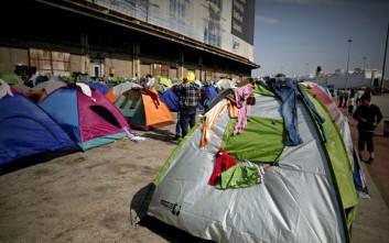 Πρόσφυγες και μετανάστες μετακινούνται στον Σκαραμαγκά