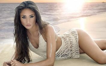 Η Megan McKenna σε θαλασσινό τοπίο b4686220edc