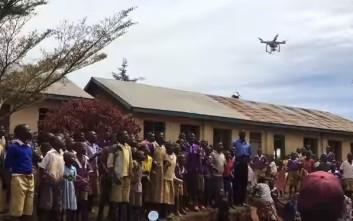 Παιδιά στην Αφρική βλέπουν drone για πρώτη φορά