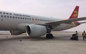 Επιβάτης εντόπισε σκασμένο λάστιχο λίγο πριν την απογείωση αεροπλάνου