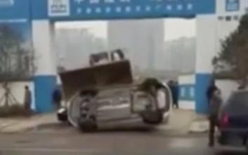 Να γιατί δεν πρέπει να παρκάρεις παράνομα το αυτοκίνητο έξω από ένα εργοτάξιο