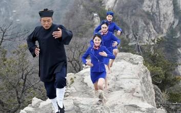 Αεροσυνοδοί επιδίδονται σε πολεμικές τέχνες πάνω σε βουνό