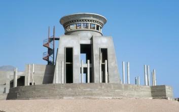 Τα «κουφάρια» μισοτελειωμένων ξενοδοχείων στην έρημο