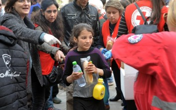Φαγητό σε πρόσφυγες στη Βικτώρια από τον Ερυθρό Σταυρό