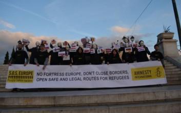 Συμβολική διαμαρτυρία για τους πρόσφυγες στο Σύνταγμα